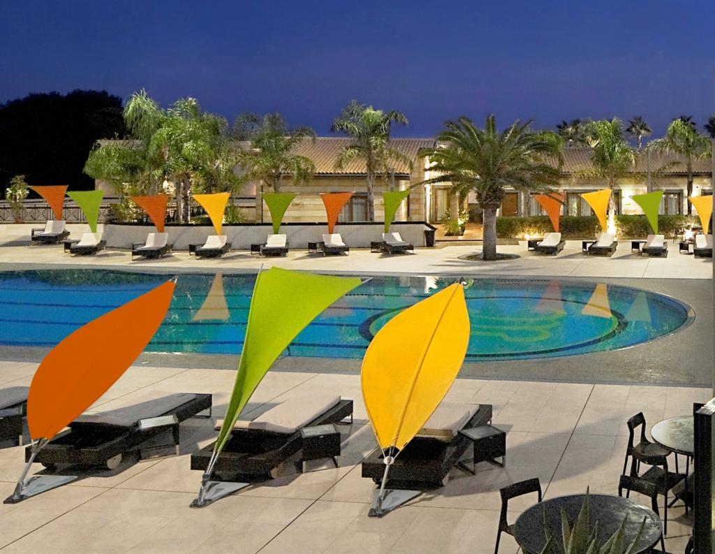 parasol rimbou lotus umbrosa pour hotel transat bord de