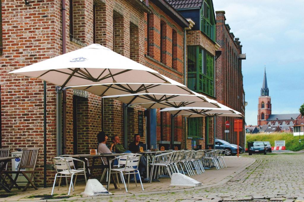 parasols alignés sur terrasse