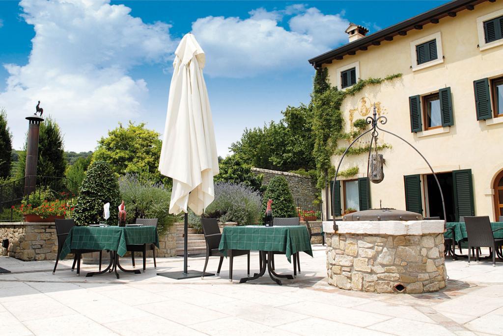 parasol télescopique au-dessus des tables terrasse restaurant